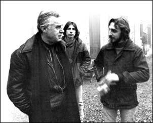 Don Enzo Boschetti con alcuni ospiti della Casa del giovane a Pavia.
