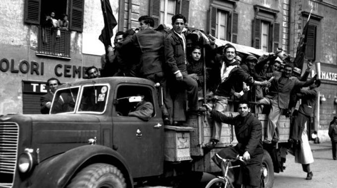 Partigiani festeggiano la liberazione (ansa)